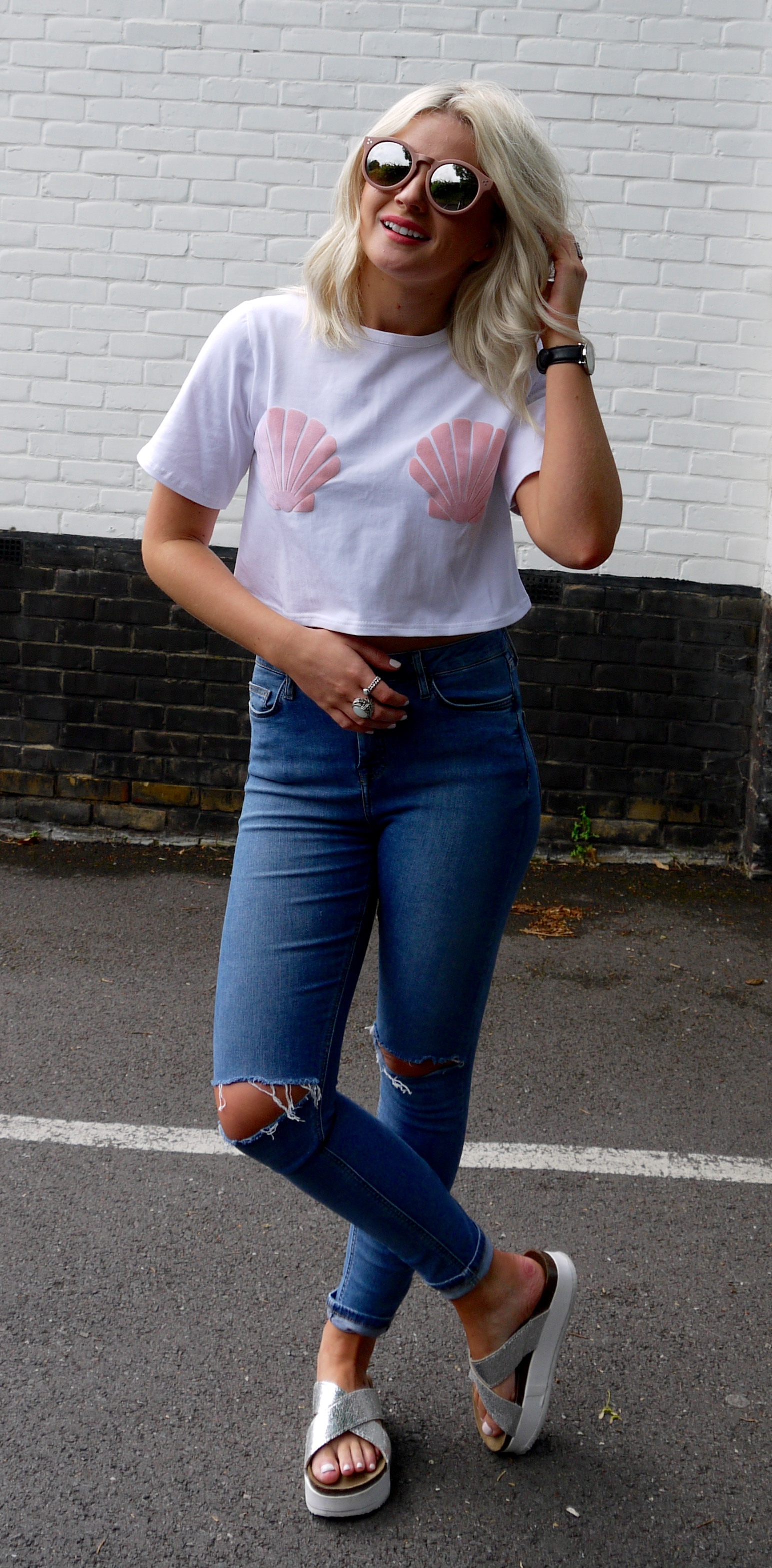 missguided shell t-shirt, ripped jeans, sliver sliders, lauras little locket, blonde wavy hair, fashion blogger,